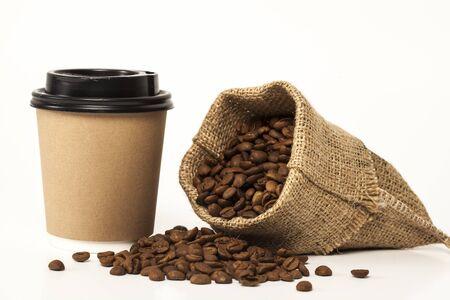 bicchiere di carta di caffè su sfondo bianco
