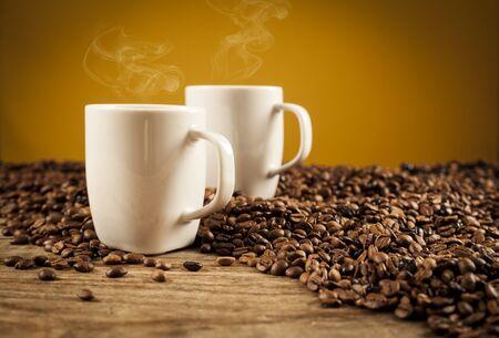 Porzellantassen von Kaffee auf braunem Hintergrund