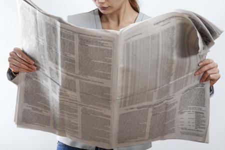 periodicos: Mujer de lectura de periódicos en el fondo blanco