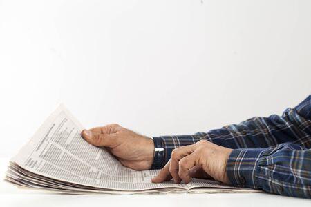 Homme lisant le journal sur la table
