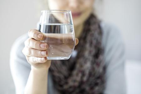 agua potable: Joven mujer de agua potable