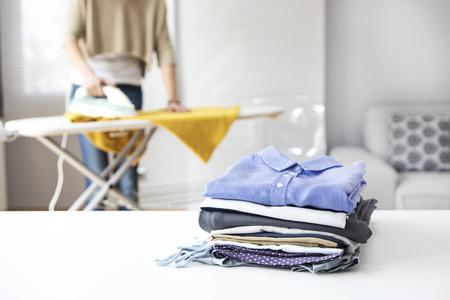 Strijken van kleding op de strijkplank