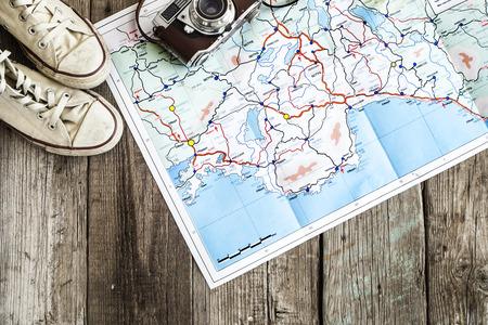 el concepto de viaje en mesa de madera
