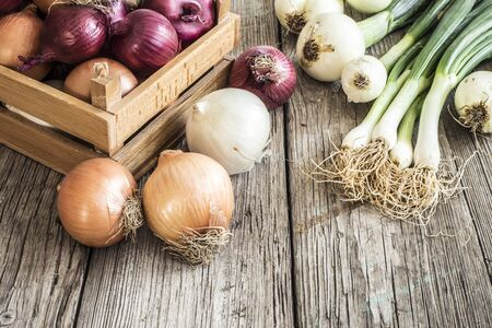 wooden basket: Raw onions in basket on wooden table