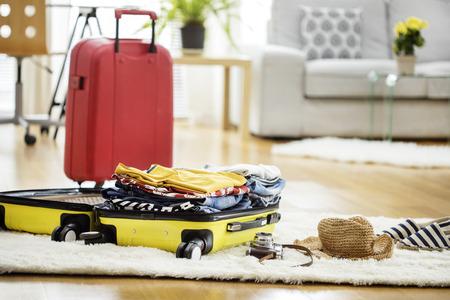 Valise Voyage de préparation à la maison Banque d'images - 74513347