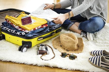 maletas de viaje: maleta de viaje de preparación en casa Foto de archivo