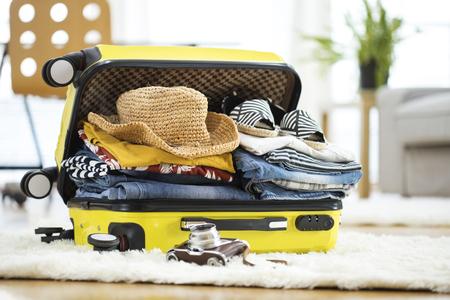maleta: maleta de viaje de preparación en casa Foto de archivo