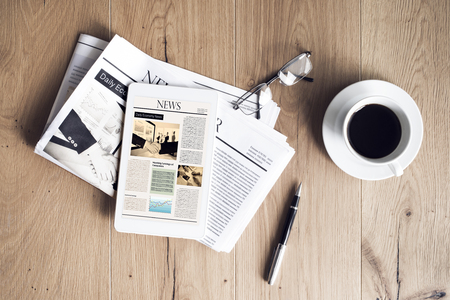 Periódico con tableta en mesa de madera. Foto de archivo - 79420723