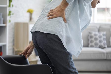 Anciano con dolor de espalda Foto de archivo - 82607558