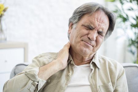 Oude man met nekpijn