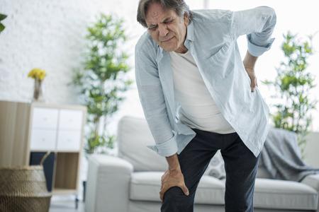 허리 통증이있는 노인