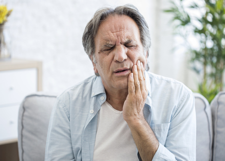 Old man with toothache Banque d'images