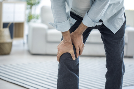 Old man suffering from knee pain Stockfoto