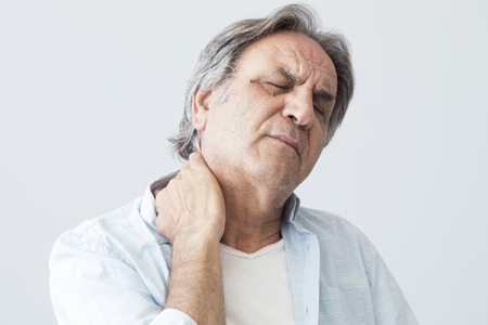 Old man with neck pain Stockfoto