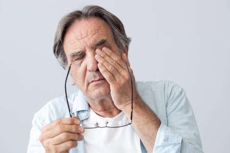 Oude man met oogvermoeidheid
