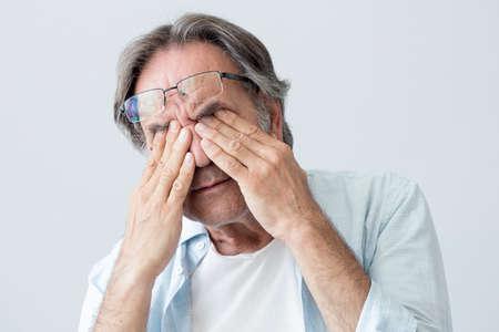 Anciano con fatiga ocular