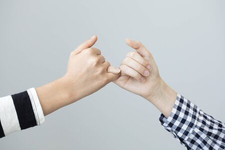 dedo meÑique: El gesto de las manos significa la promesa Foto de archivo