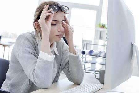 Vermoeide vrouw aan haar ogen te raken