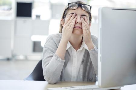 Mujer cansada tocar sus ojos Foto de archivo