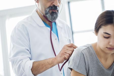 mujer joven durante el examen médico Foto de archivo