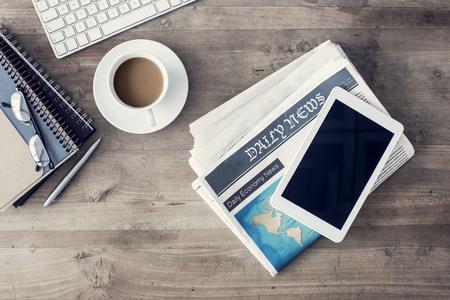테이블에 커피 한잔과 신문