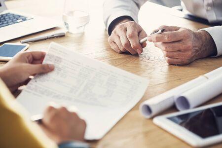 Concepto de trabajo de asesor de discusión de personas de negocios