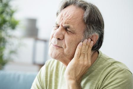 귀가 통증이있는 노인 스톡 콘텐츠