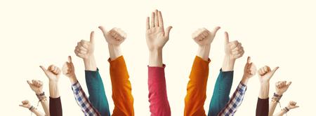 親指を上げて見せる人々