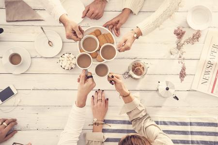 Le persone che bevono caffè