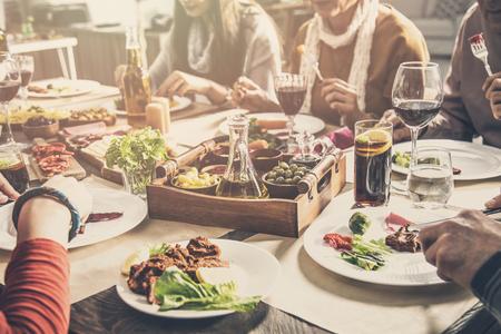 Grupo de personas que tienen comida comida juntos