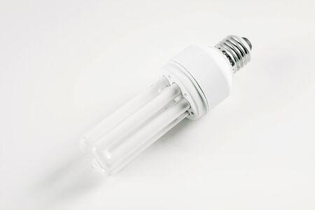 Energiesparlampe auf weißem Hintergrund Standard-Bild - 97882564