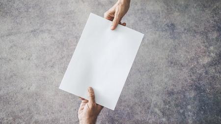 Handen van mensen die document passeren Stockfoto
