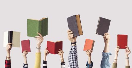 Die Hände von Menschen halten Bücher Standard-Bild - 102252983