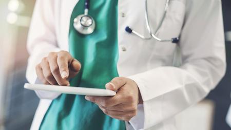 Medico donna utilizzando la tavoletta digitale Archivio Fotografico - 106888102
