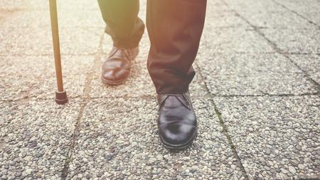 Viejo caminando en el parque Foto de archivo