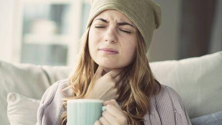 Junge Frau mit Erkältung Standard-Bild