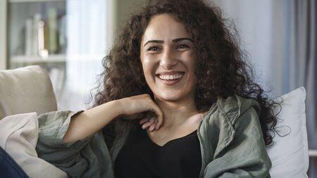 Portrait of smiling young woman Zdjęcie Seryjne