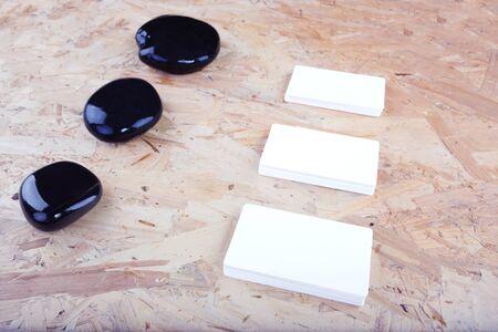marca libros: Las tarjetas de visita en el escritorio oscuro. De alta resoluci�n.
