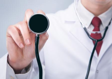fonendoscopio: Doctor con el estetoscopio en un hospital. De alta resoluci�n. 3D render