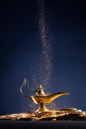 Lámpara mágica de deseos con humo saliendo de la lámpara