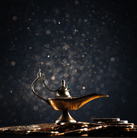Zauberlampe der Wünsche mit Rauch aus der Lampe