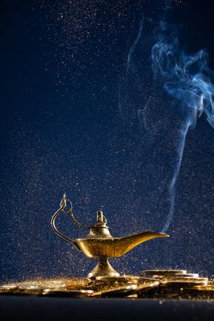 Zauberlampe der Wünsche mit Rauch aus der Lampe Standard-Bild