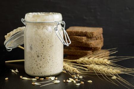 Levain de seigle actif dans un bocal en verre pour pain maison.