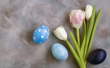Easter composition. Easter colored eggs with tulips. the view from the top. Archivio Fotografico - 140020687