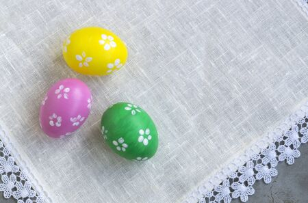 colored painted eggs. a treat for Easter. on a gray background. 免版税图像 - 139602165