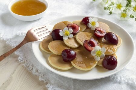 mini pancakes. small pancakes with berries for Breakfast. Reklamní fotografie