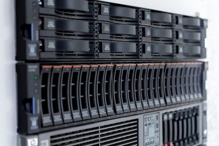 ディスク ストレージは、単一のサーバー ラックで 3.5 インチのフォーム ファクター 2.5 インチ ディスク ストレージ ドライブのフォーム ファクター 写真素材