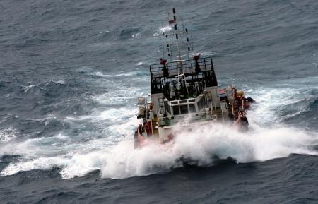 offshore-vaartuig op zee tijdens de moesson seasoon Stockfoto