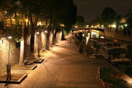 seine: kade in Parijs - nacht