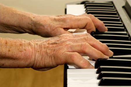 joueur de piano:  mains de vieux joueur de piano.  Banque d'images